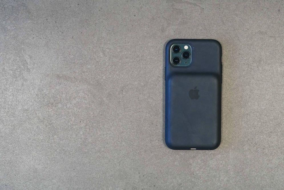 Foto: El iPhone 11 Pro, con la funda con batería. (M. Mcloughlin)