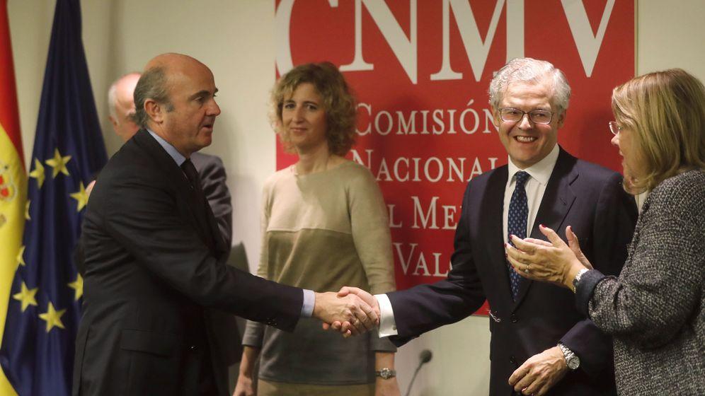 Foto: El nuevo presidente de la CNMV, Sebestián Albella (2d), saluda al ministro de Economía Luis de Guindos