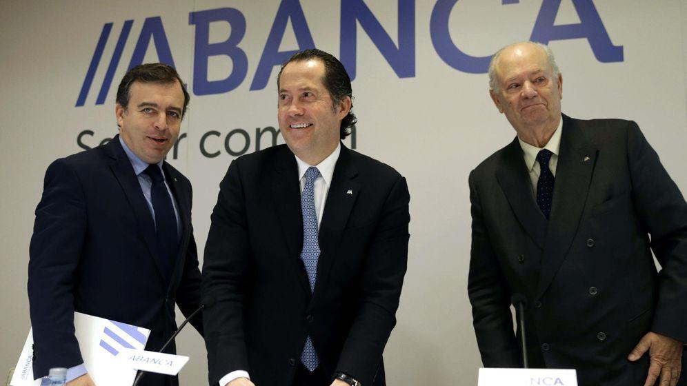 Foto: El presidente de Abanca, Javier Etcheverría (d), el vicepresidente Juan Carlos Escotet (c) y el consejero delegado Francisco Botas, tras presentar los resultados del primer año de actividad. Efe