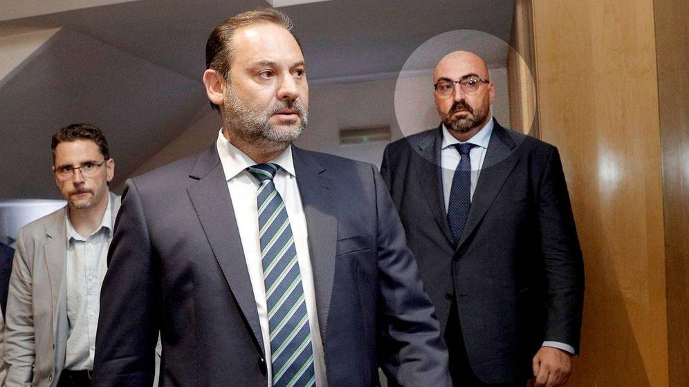 Foto: José Luis Ábalos (c) y Koldo García. (EFE)