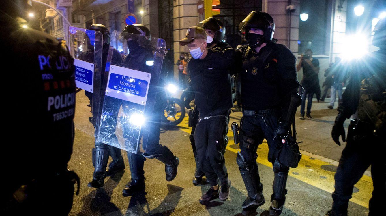 El perfil de los 'quemacontenedores': jóvenes oportunistas y con antecedentes