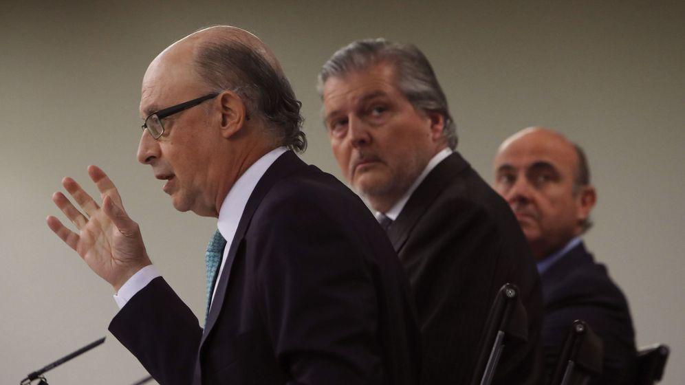 Foto: Montoro, Méndez de Vigo y Guindos, en una rueda de prensa posterior al Consejo de Ministros. (EFE)