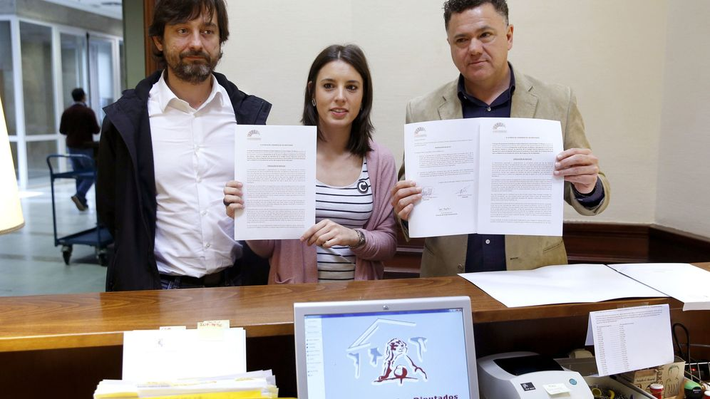 Foto: La portavoz parlamentaria de Unidos Podemos, Irene Montero, y los diputados Juan Antonio Delgado (d) y Rafa Mayoral, momentos antes de registrar la PNL. (EFE)