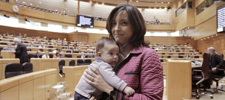 Foto: Iolanda Pineda acude al pleno con su hijo, en 2012. (Efe)