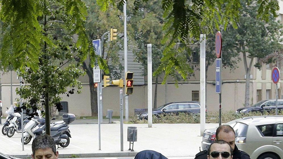 Foto: El exprofesor acusado de abusos en barcelona llega al juzgado para declarar (Efe)