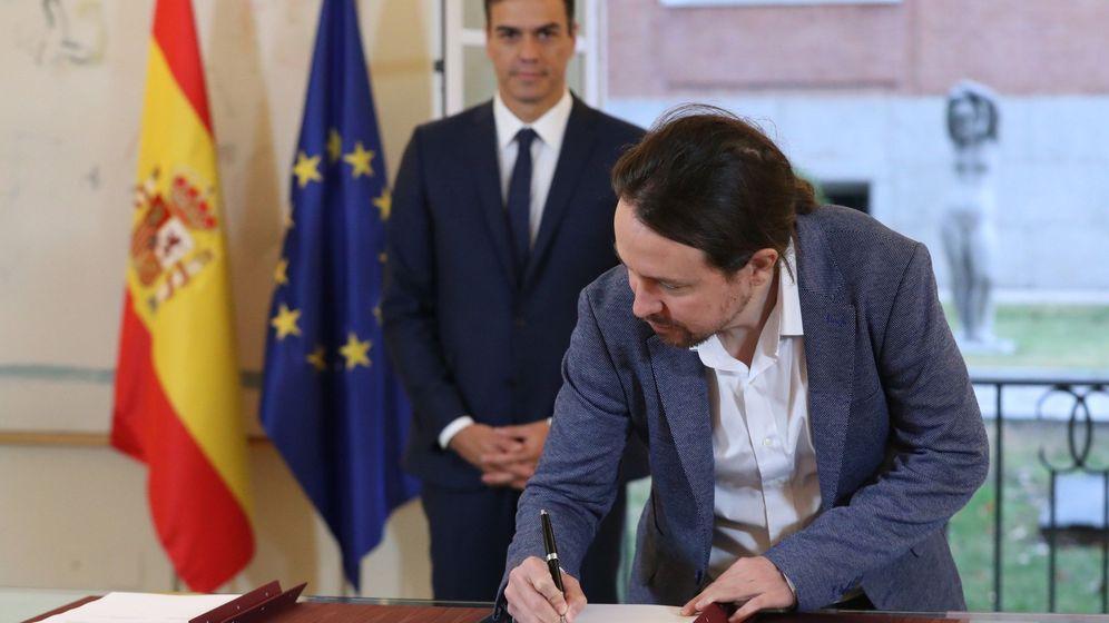 Foto: Sánchez e Iglesias, firmando en el Palacio de la Moncloa el acuerdo sobre el proyecto de ley de Presupuestos para 2019. (EFE)
