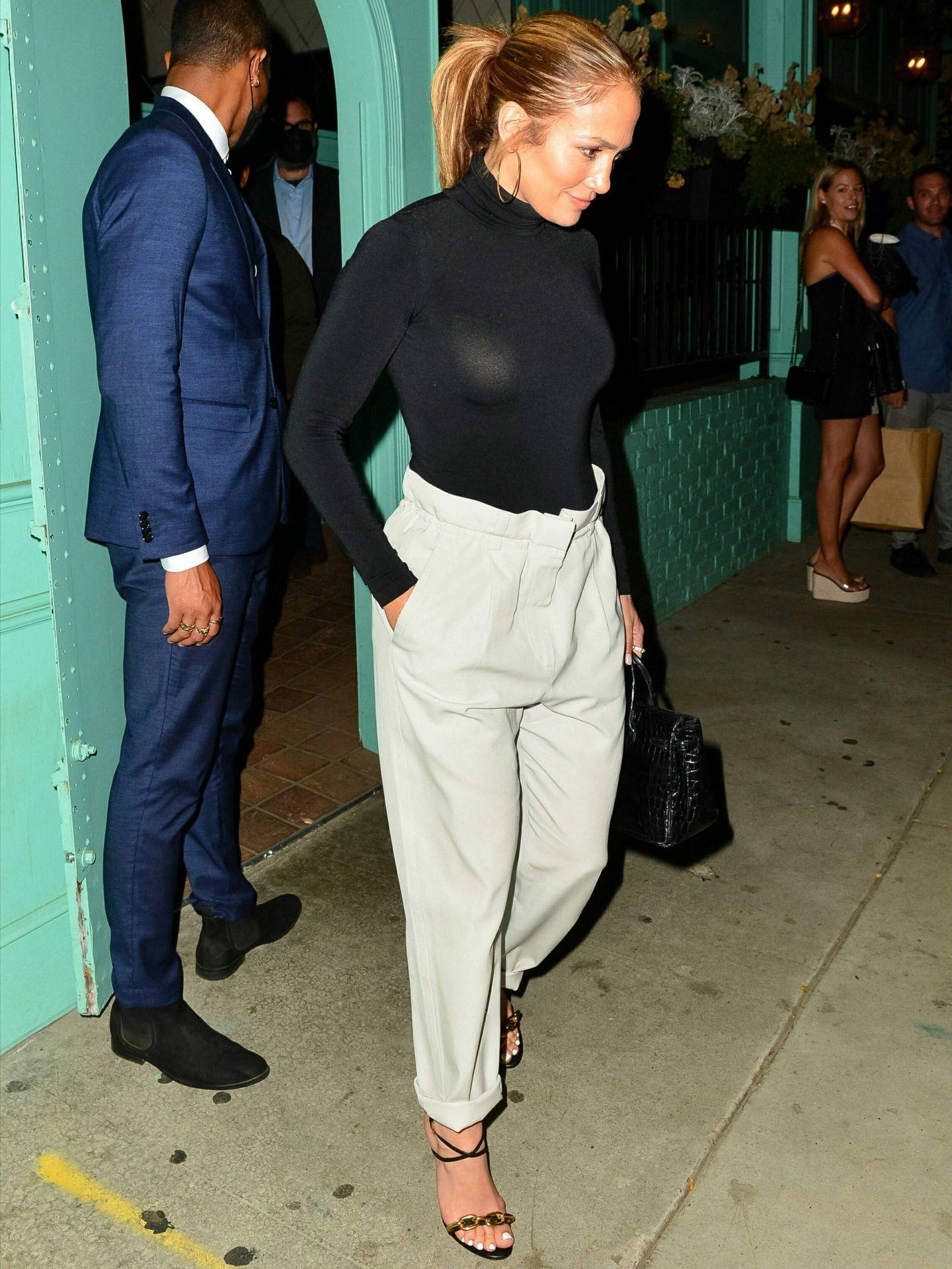 Jennifer Lopez, con pantalones barrel fit en Los Ángeles. (Cordon Press)