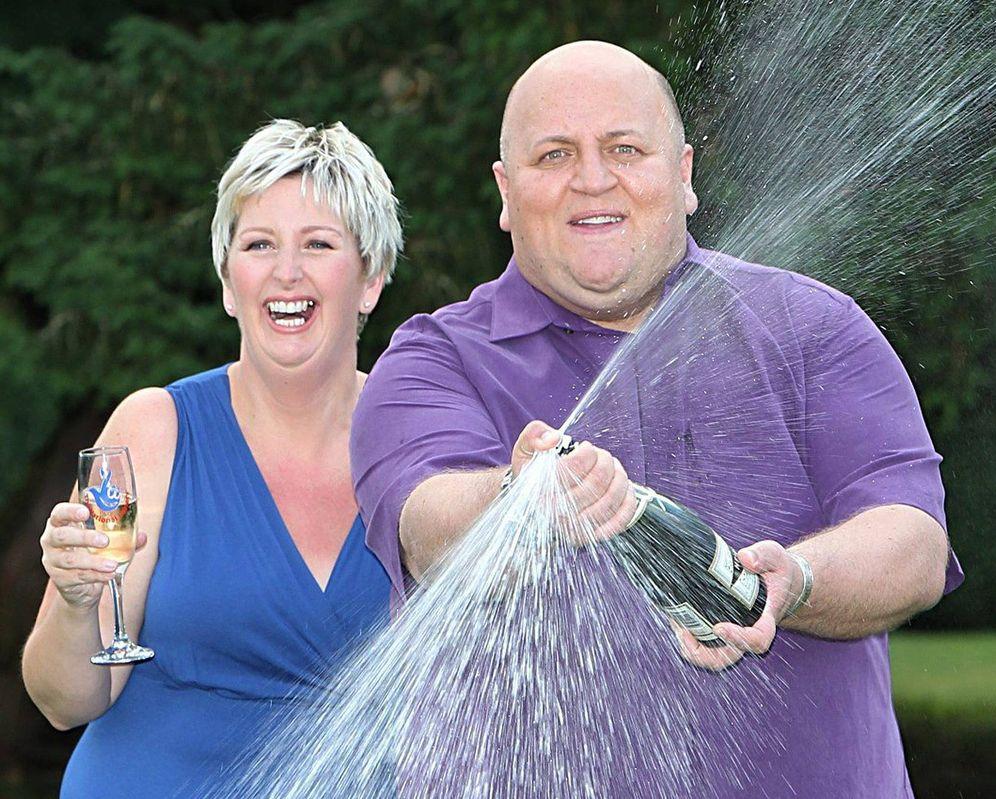 Foto: Adrian y Gillian Bayford fotografiados el día en que recibieron el premio de lotería. (Efe)