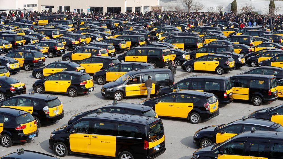 Foto: Centenares de taxistas durante la asamblea que han celebrado en el aparcamiento de la T2 del Aeropuerto de El Prat. (EFE)