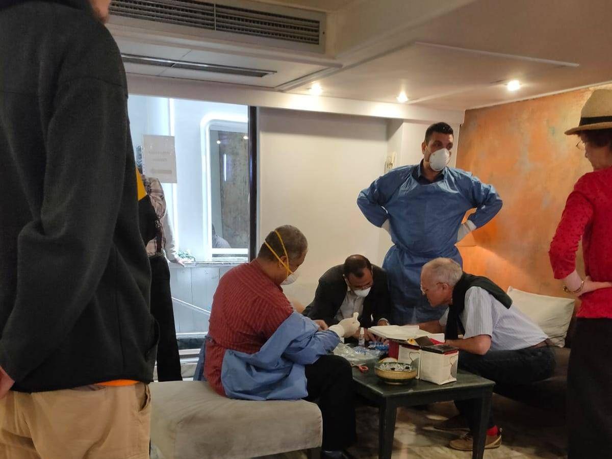 Foto: Pasajeros de un crucero de Luxor se someten a los controles de detección del coronavirus. Foto: B.C.