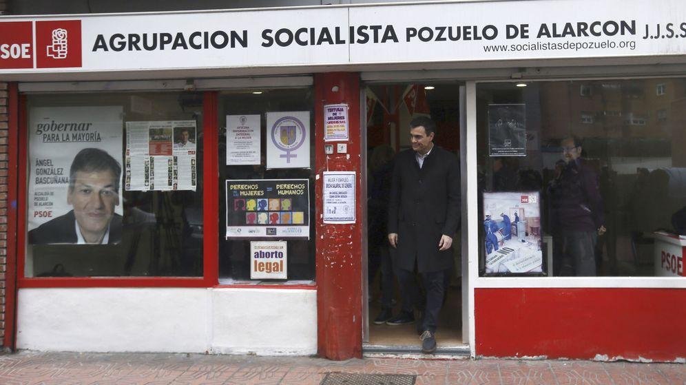 Foto: Pedro Sánchez sale de la agrupación socialista de Pozuelo de Alarcón, en Madrid, este 27 de febrero, tras votar en la consulta. (EFE)