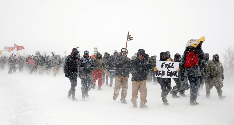 Foto: Veteranos del Ejército se unen a activistas en el campamento Oceti Sakow, durante las protestas en Dakota del Norte, el 5 de diciembre de 2016 (Reuters).