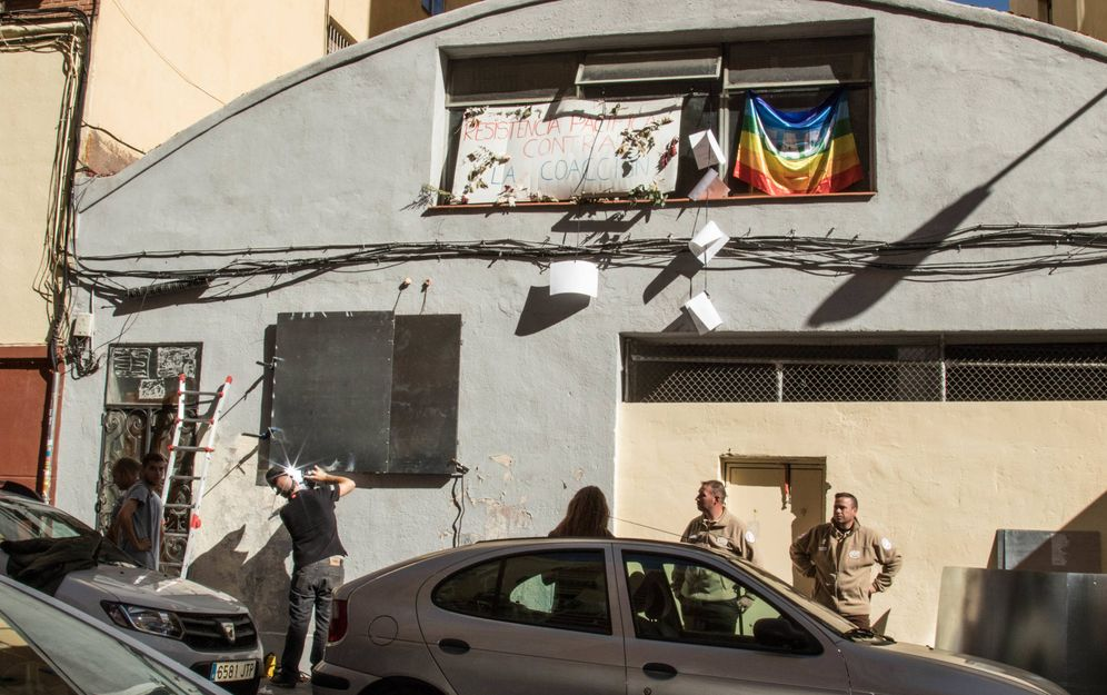 Foto: Los cerrajeros tapian la nave de Iglesias Assembly, en el distrito de Argüelles de Madrid. (David Brunat)
