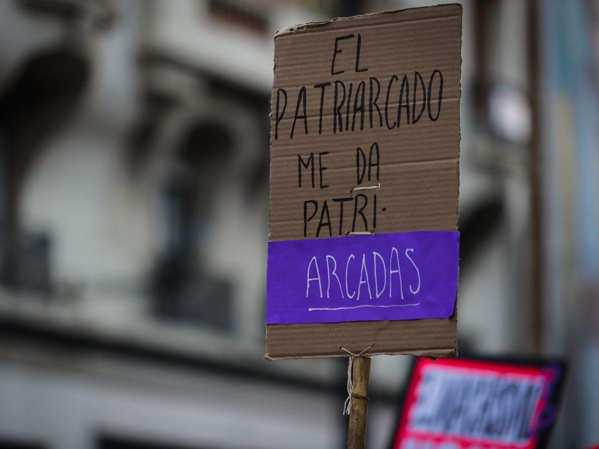 Foto: Un cartel de protesta durante una marcha por el 8-M. (EFE)