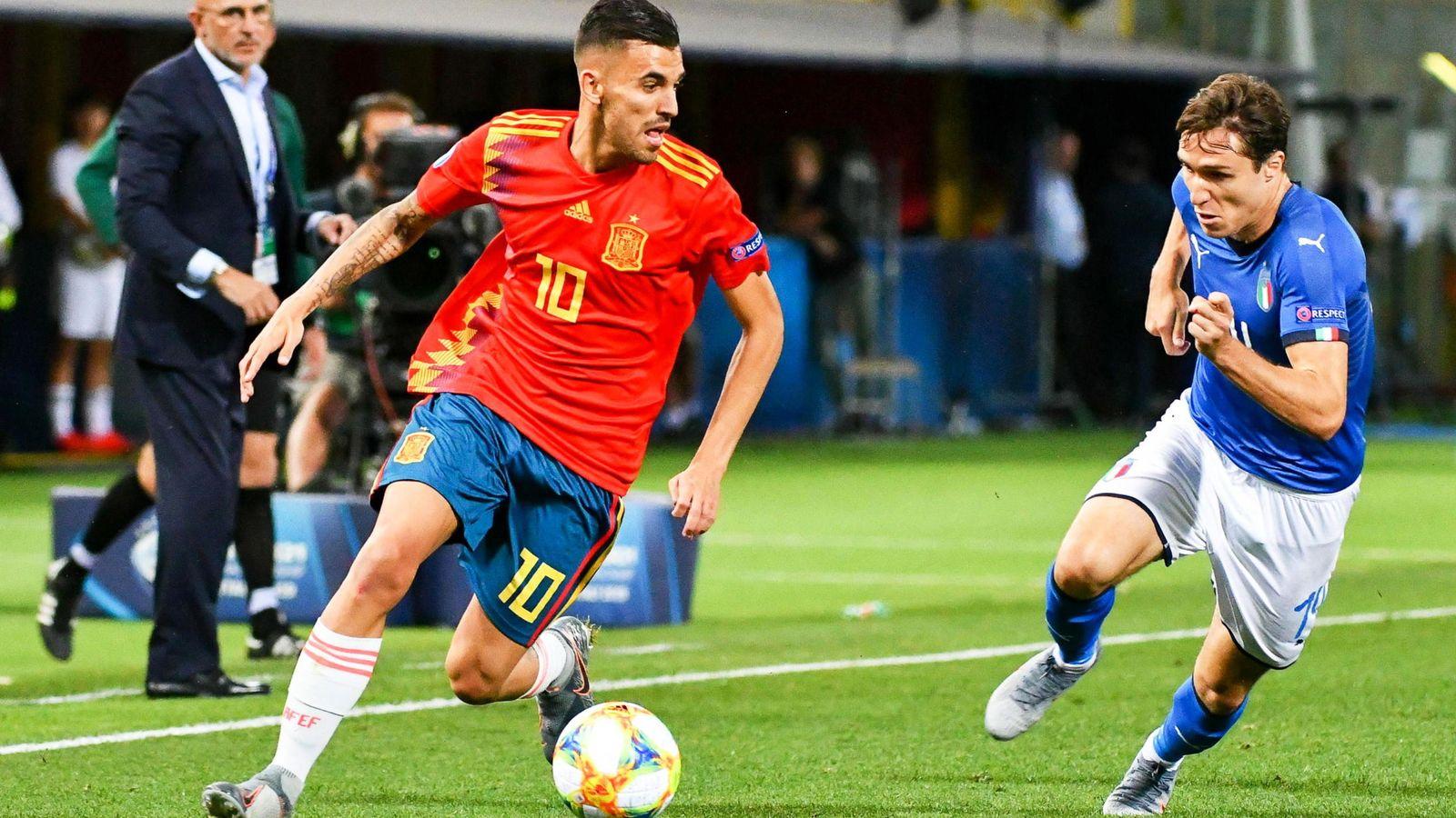 Foto: Dani Ceballos conduce un balón, en el debut de España en el Europeo sub-21, en el partido contra Itali. (Efe)a