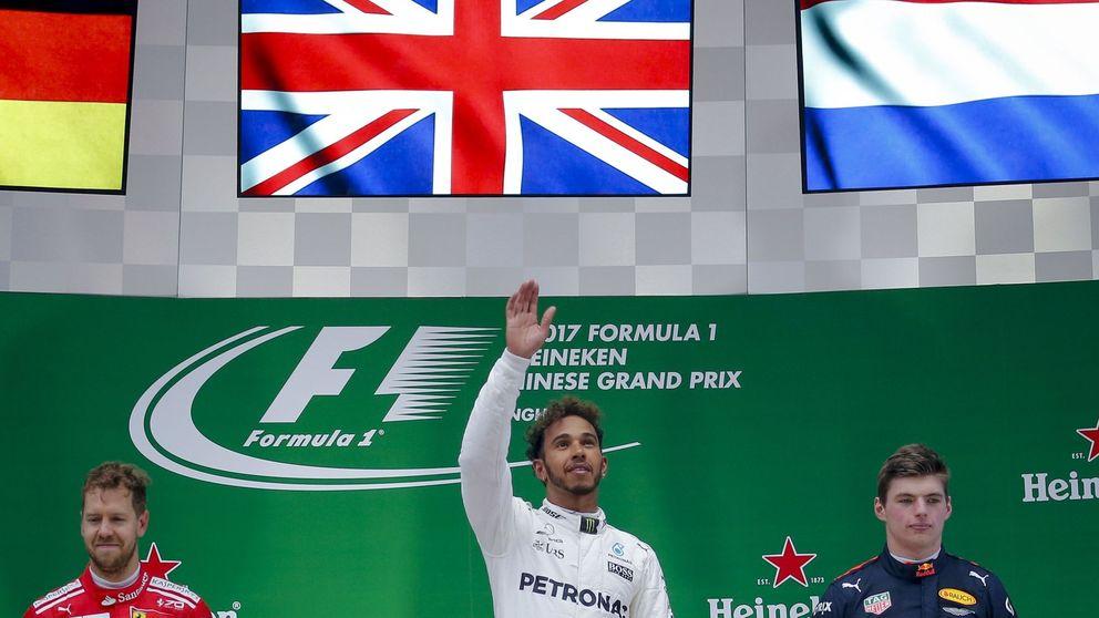 Hamilton tira de talento para ganar a Vettel, Sainz se luce y Alonso abandona