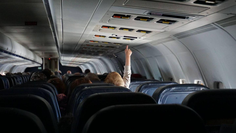 Es recomendable ir a un baño del aeropuerto para hacer el cambio de pañal antes de subir al avión (Unsplash)