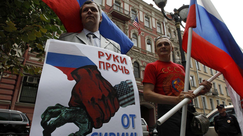Protesta contra la intervención de EEUU en Siria ante el consulado estadounidense en San Petersburgo. (Reuters)
