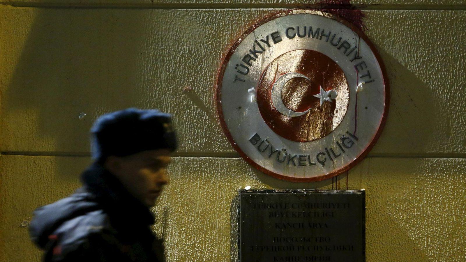Foto: Un policía ruso custodia la embajada turca en Moscú, después de que un grupo de manifestantes rusos lanzase huevos y tomates contra la fachada el miércoles 25 de noviembre de 2015 (Reuters)