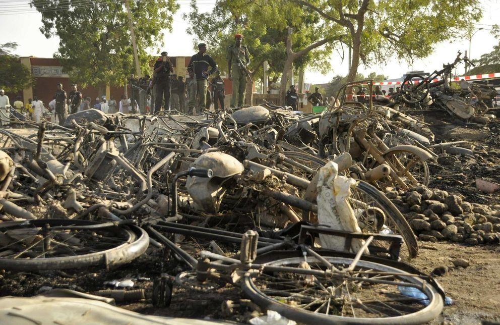 Foto: Oficiales de policía junto a la escena de un atentado obra de Boko Haram contra la Mezquita Central de Kano, Nigeria (Reuters)