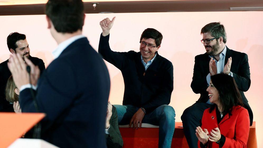 Foto: El líder de Ciudadanos en Andalucía, Juan Marín (2d), es aplaudido por su compañero Fran Hervías (d, arriba). (EFE)