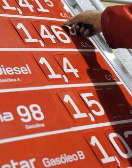 Foto: Un panel de precios de una gasolinera (Efe)