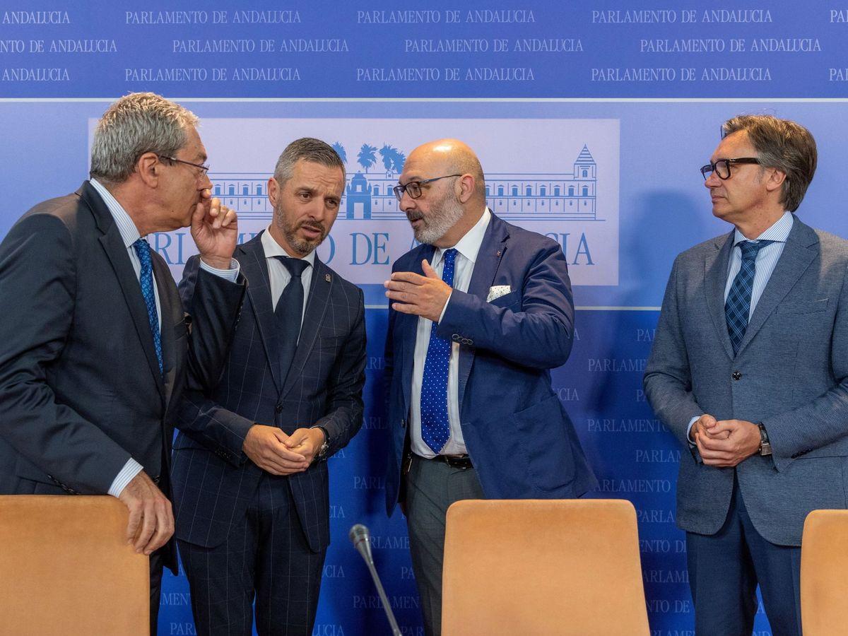 Foto: Los consejeros andaluces de Economía, Rogelio Velasco (Cs), y de Hacienda, Juan Bravo (PP), y los diputados de Vox Alejandro Hernández y Manuel Gavira (Izq.a dcha). (EFE)