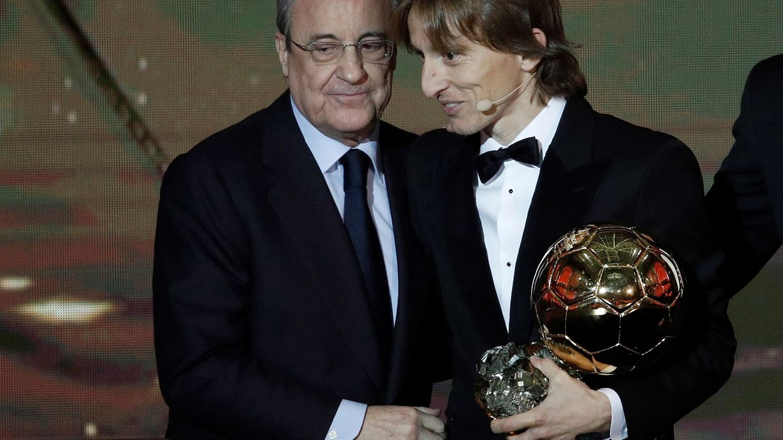Florentino con Modric y el Balón de Oro. (Efe)