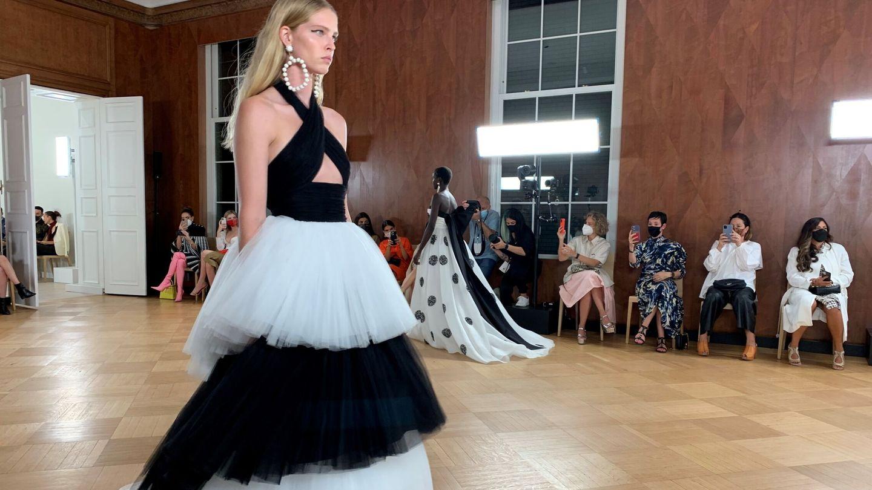 Una modelo luce una creación de la casa de moda Carolina Herrera. (EFE)
