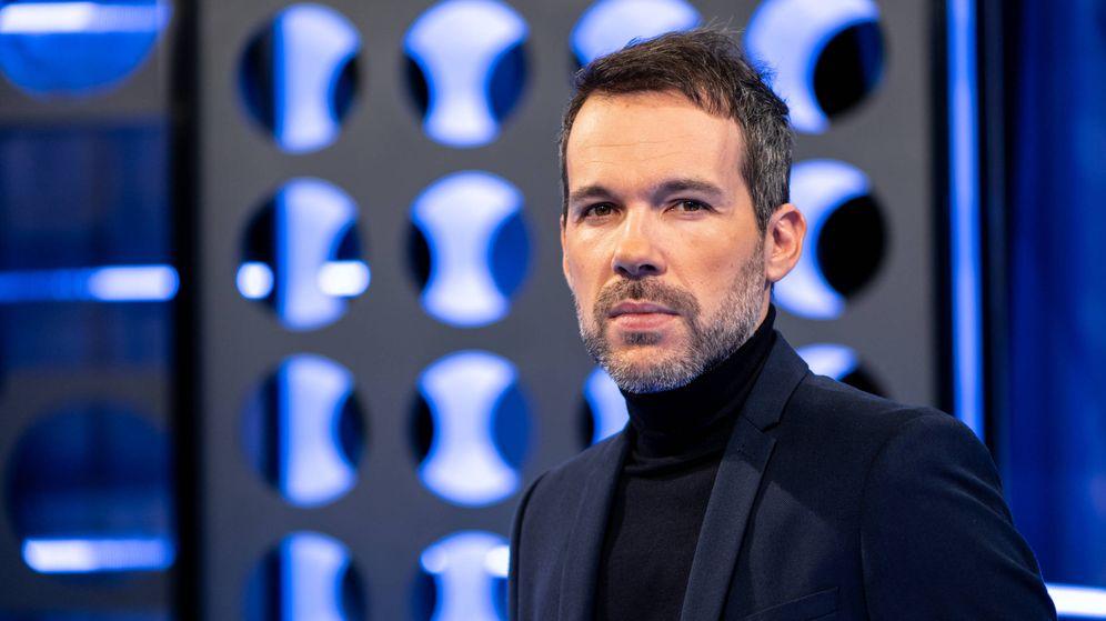 Foto: El presentador Javier Gómez. (Telemadrid)