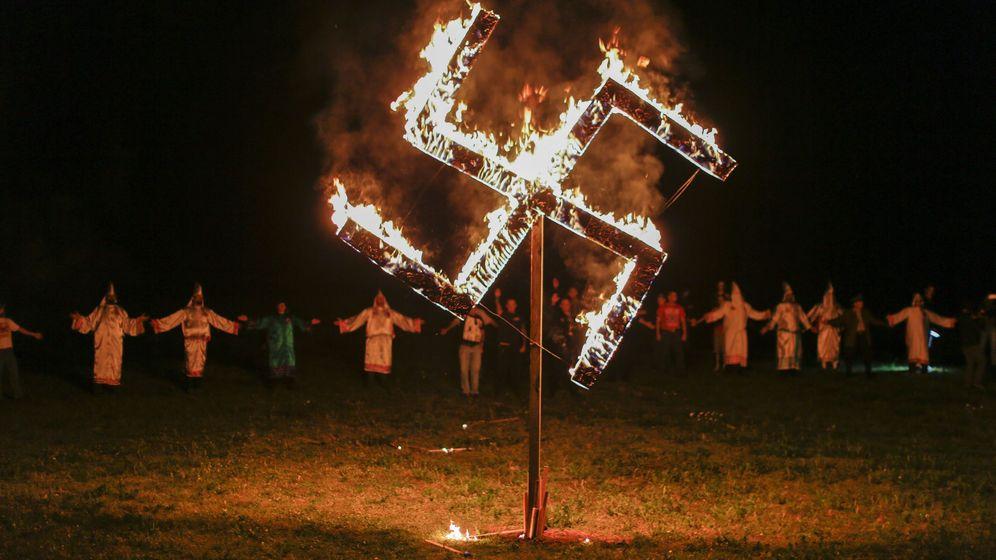 Foto: Supremacistas del Ku Klus Klan en Temple, Estados Unidos, en marzo de 2016 (EFE)