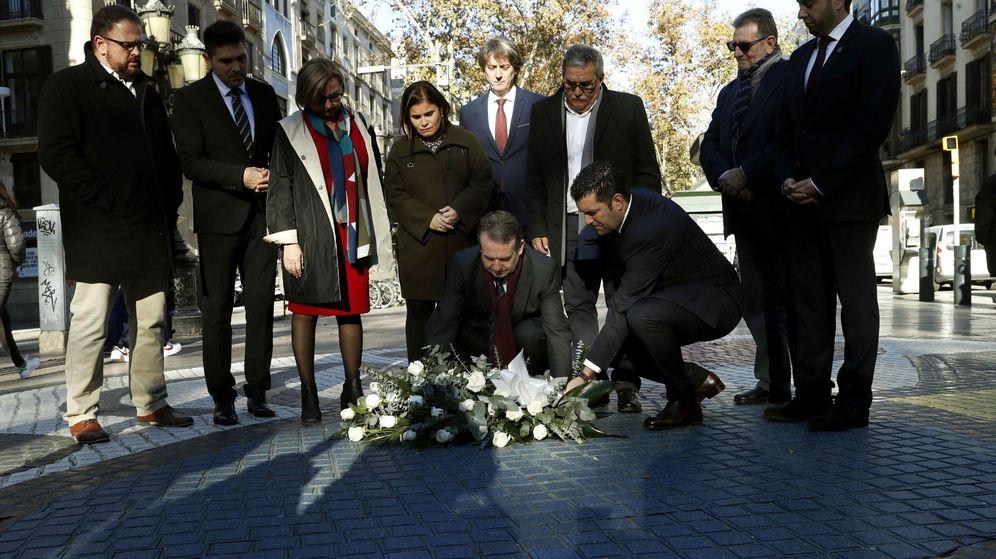 Foto: Homanaje de la FEMP a las víctimas de los atentados de Barcelona y Cambrils. (EFE)