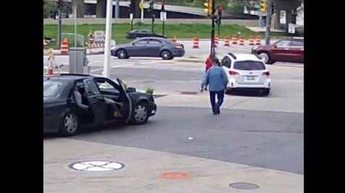 Escena de película: salta al capó de su coche para evitar que se lo roben y el ladrón huye