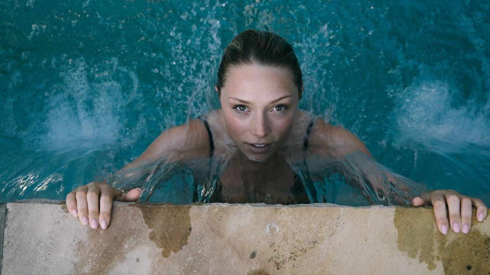 Foto: Sal del agua con el maquillaje en su sitio. (Thought Catalog para Unsplash)