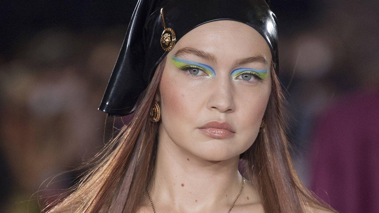 Gigi Hadid, en el desfile de Versace SS22. (Imaxtree)