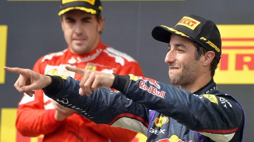 Foto: Alonso, aplaudiendo a un eufórico Ricciardo en Hungría 2014. (EFE)