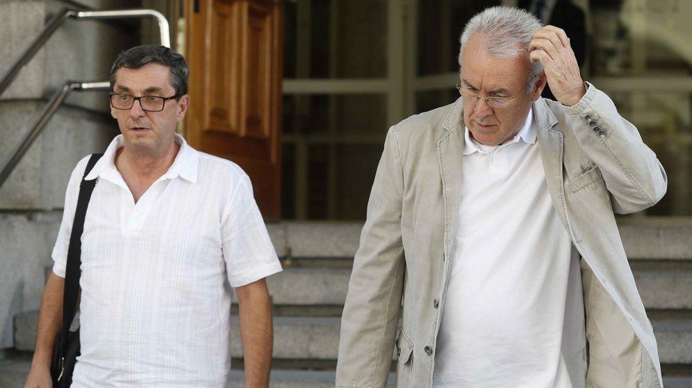 Foto: Cayo Lara, con el coordinador de la Presidencia de IU y portavoz de Izquierda Plural, José Luis Centella, a su llegada al Congreso el pasado 18 de agosto. (EFE)