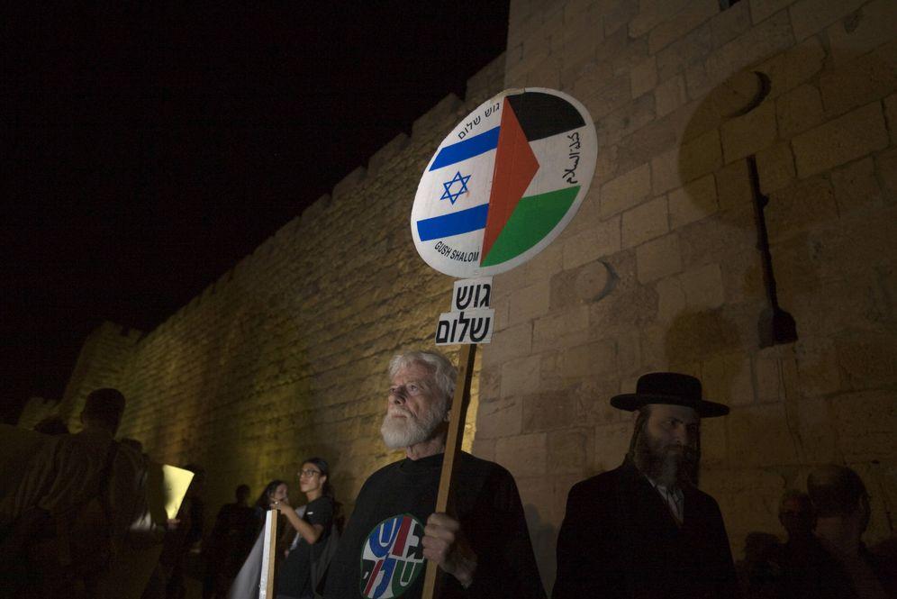 Foto: Uri Avnery durante una protesta en la Ciudad Vieja de Jerusalén contra la construcción de asentamientos en Jerusalén Este. (Reuters)