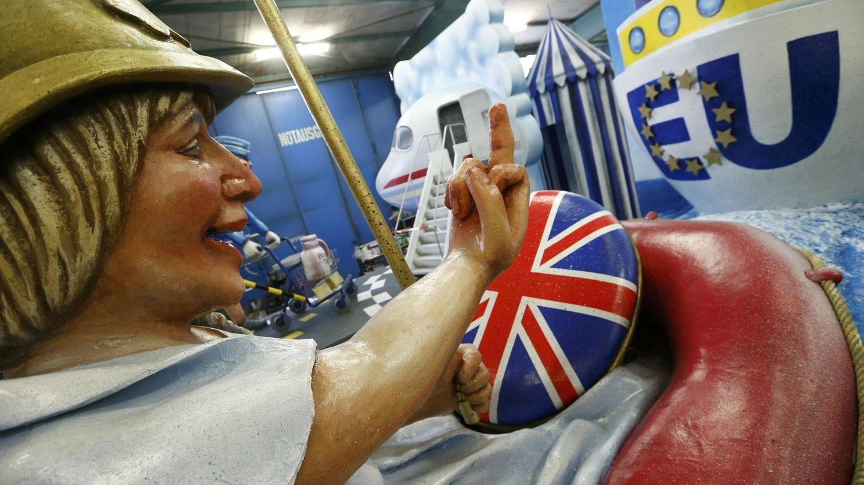 Representación de Theresa May mandando a paseo a la UE durante el Carnaval de Mainz, el 21 de febrero de 2017. (Reuters)