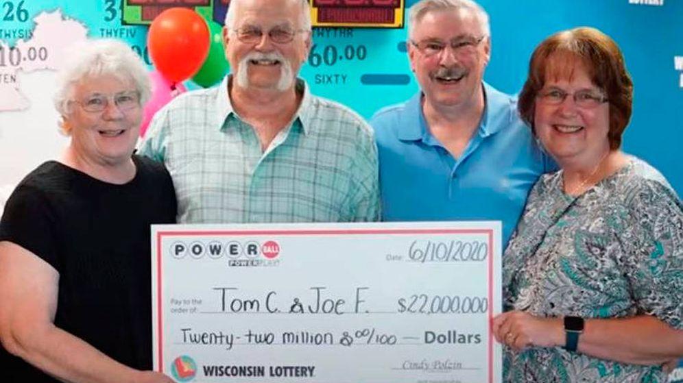 Foto: Tom, Joseph y sus respectivas esposas recogieron el cheque como ganadores del premio (Foto: Wisconsin Lottery)