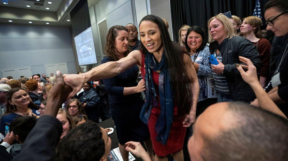 Foto: La candidata demócrata a la cámara de representantes de Kansas, Sharice Davids, gana su asiento en la cámara. (EFE)