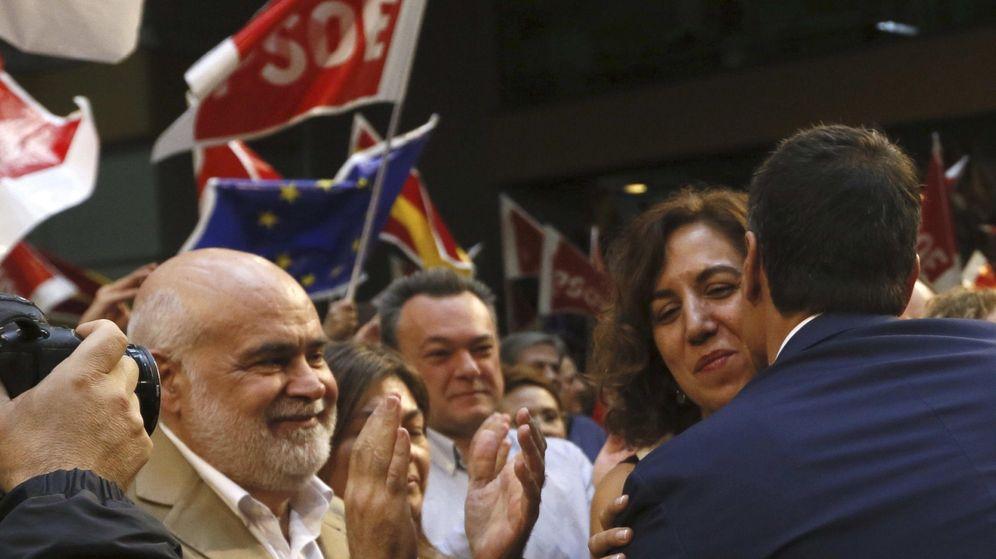 Foto: Irene Lozano y Pedro Sánchez se saludan durante el acto de presentación de las candidaturas del 20-D, el pasado 18 de octubre en el polideportivo Magariños de Madrid. (EFE)