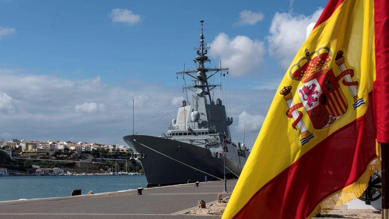 La fragata 'Álvaro de Bazán' y el buque de aprovisionamiento 'Patiño' en el puerto de Mahón. (Foto: EFE)