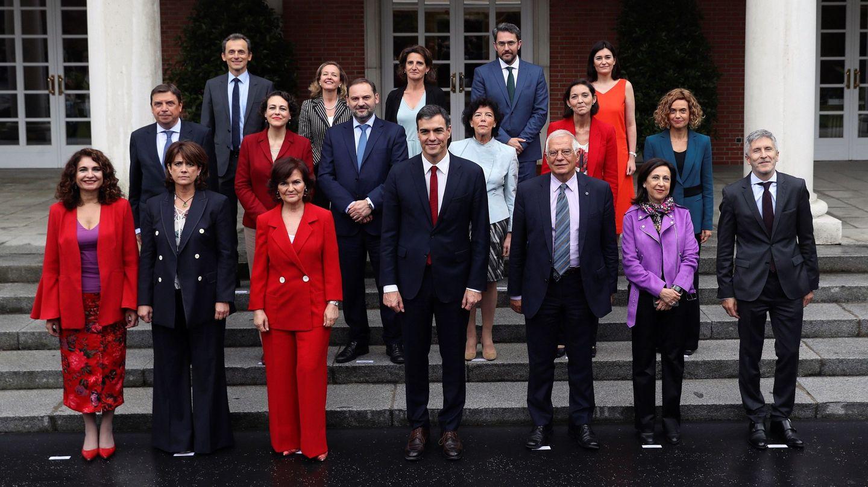 Pedro Sánchez, flanqueado por sus 17 ministros, en la primera foto de familia del nuevo Gobierno, este 8 de junio en el palacio de la Moncloa. (EFE)