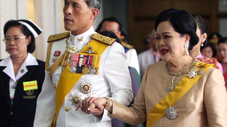 El rey de Tailandia, con su madre. (EFE)