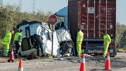 Cinco trabajadores mueren tras chocar su furgoneta contra un camión en Utrera
