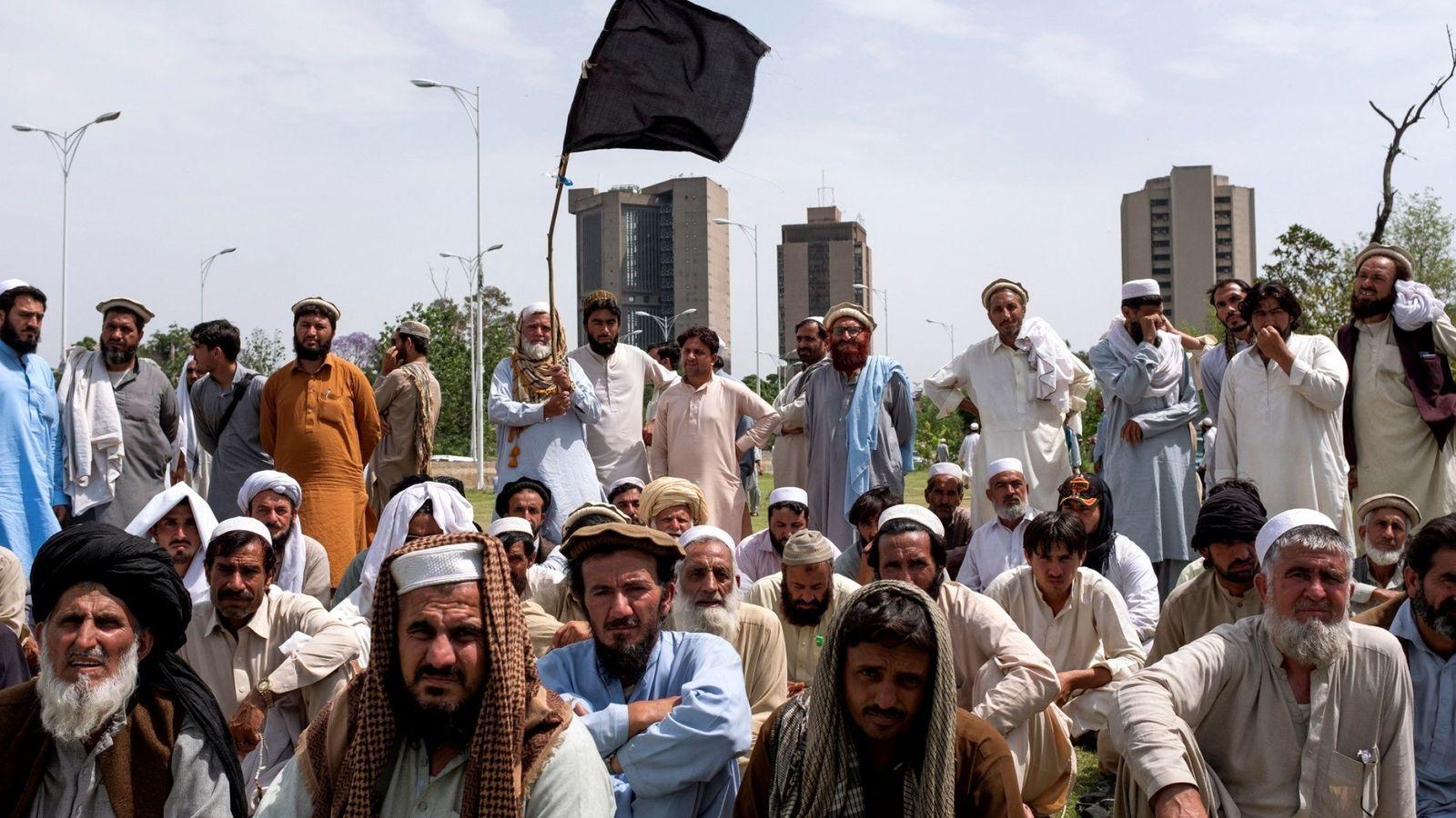 Foto: Comerciantes pastunes de Waziristán del Norte reclaman compensaciones en Islamabad por daños en operaciones antiterroristas, el 18 de abril de 2018. (EFE)