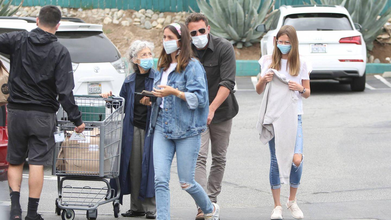 Ana de Armas, Ben Affleck y la hija del actor, Violet Affleck, de compras por Los Ángeles. (Cordon Press)