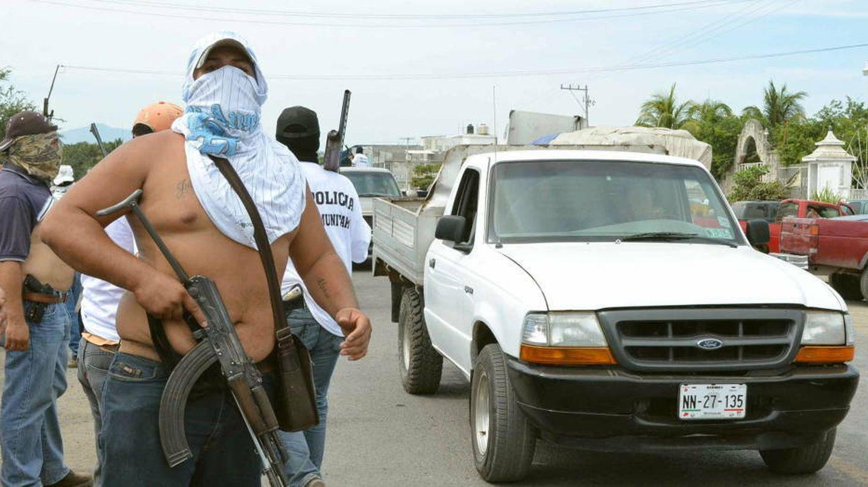 Un control de carretera establecido por un grupo de autodefensa (Efe)