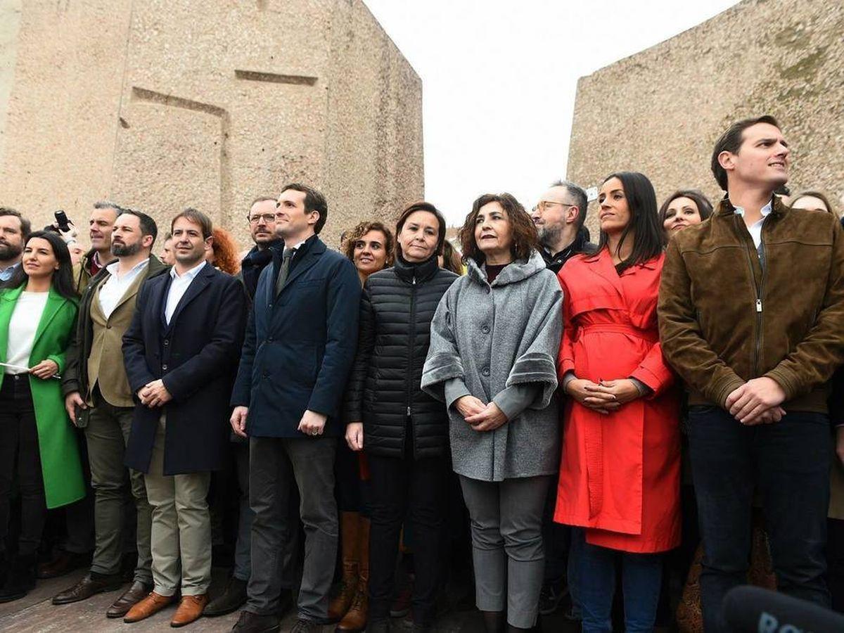 Foto: Foto de los líderes de PP, Cs y Vox en la primera manifestación de Colón. (EFE)